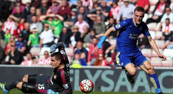 Leicester City's Jamie Vardy (right)