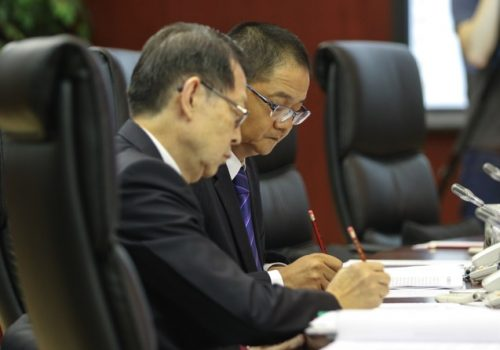 The president of the FM, Wu Zhiliang (right)