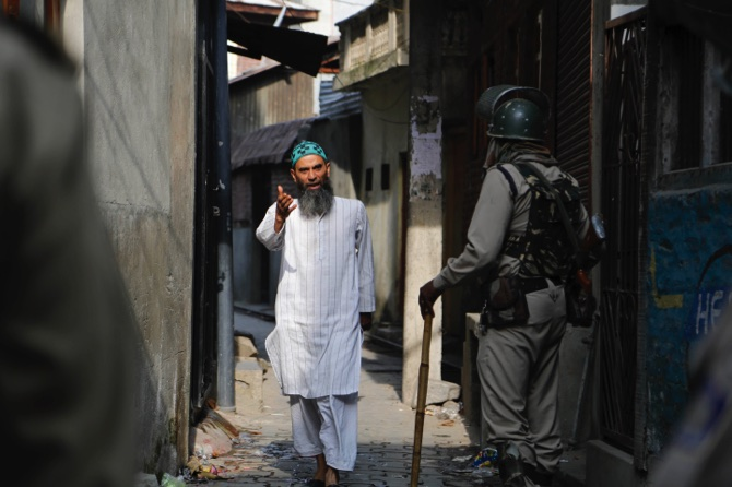 #KashmirNow: Amid Raining Pellets, Specialized Eye Surgeons From Delhi On Way Kashmir