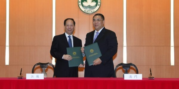 The Governor of Jiangsu Province, Shi Taifeng (left) and Chui Sai On witness the signing ceremony of the Jiangsu-Macau Cooperation Park memorandum of understanding