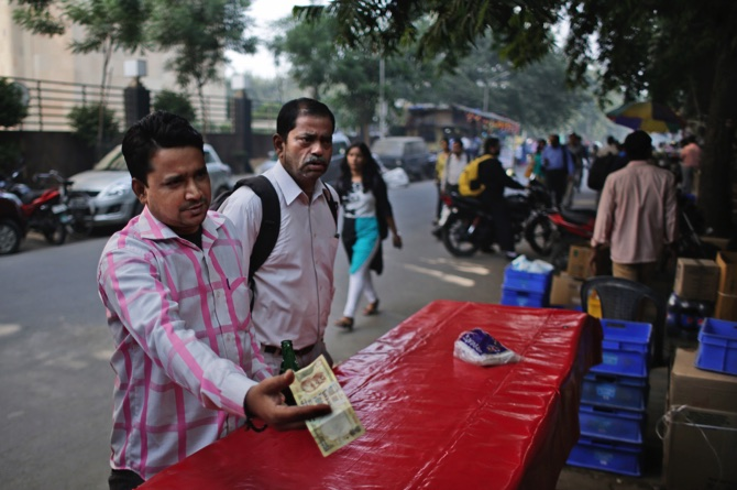 New currency notes: Snake-like queues form outside ATMs from wee hours