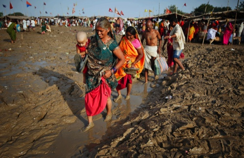 Hindu devotees arrive to bathe in the River Ganges on the auspicious occasion of Somvati Amavasya in Allahabad, India