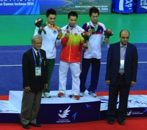 Huang Junhua receives the bronze medal