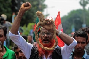 A Bangladeshi campaigner for capital punishment holds a noose during a protest