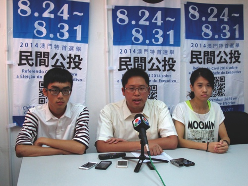 Jason Chao (center)