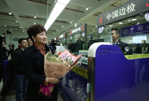 The 1st user goes through a port connecting Macau and Zhuhai after the implementation of the 24h policy