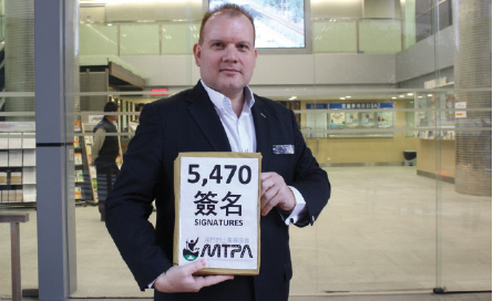 On Dec 2, MTPA president submitted a petition containing 5,470 signatures to the Transport Bureau, urging the gov't to improve taxi services in the city