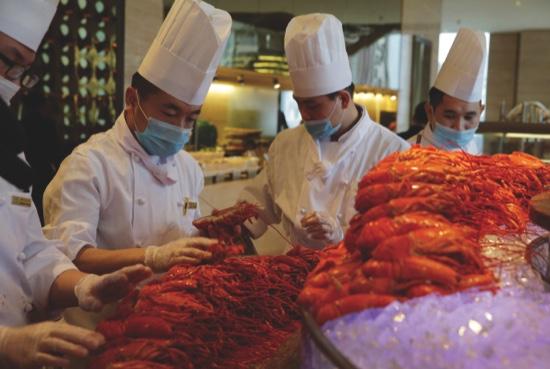 Chinese chefs prepare Boston lobsters at the Auspicious Garden restaurant in Pangu Seven Star Hotel in Beijing