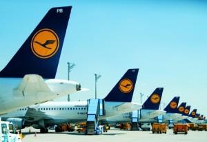 1972 Hijackers surrender and            free Lufthansa crew