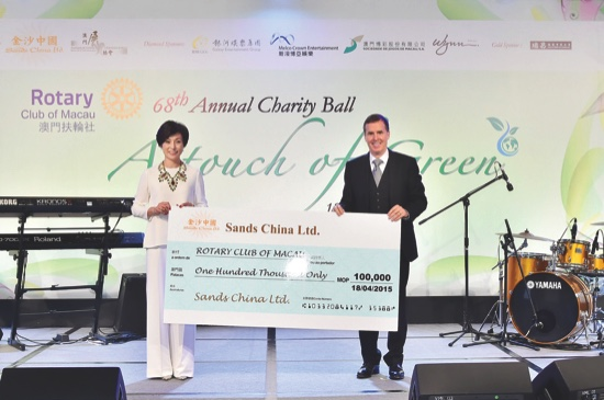 Donation check presentation from Major Sponsor, Sands China Ltd.'s Mr Dave Horton, Global Chief Marketing Officer of Las Vegas Sands Corp. and Sands China
