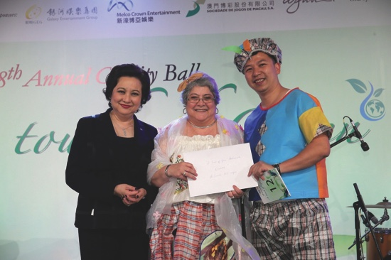 District Governor Belinda Yeung presenting to Fashionista winner pair Fatima and Andy