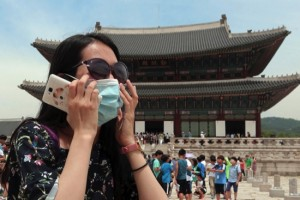 A Chinese tourist wearing a mask by way of precaution against the Middle East Respiratory Syndrome virus visits Gyeongbok Palace in Seoul yesterday
