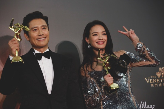 Taiwanese actress Shu Qi, right, and South Korean actor Lee Byung-hun pose after winning the Best Actress and Actor awards