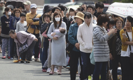 People line up yesterday for rations in Kumamoto