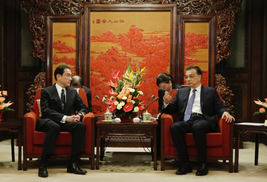 Japanese Foreign Minister Fumio Kishida  (left), talks with China's Premier Li Keqiang